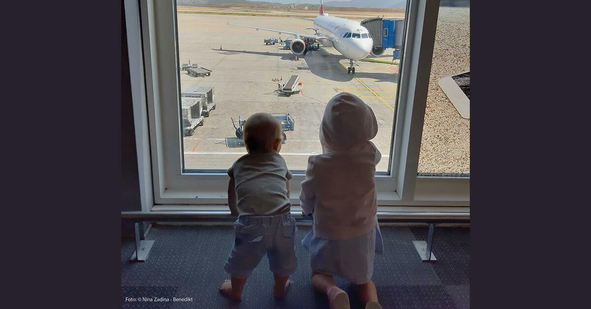 Kinder am Flughafen in Athen
